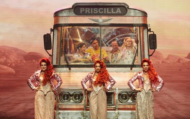 PRISCILLAdiva devant bus